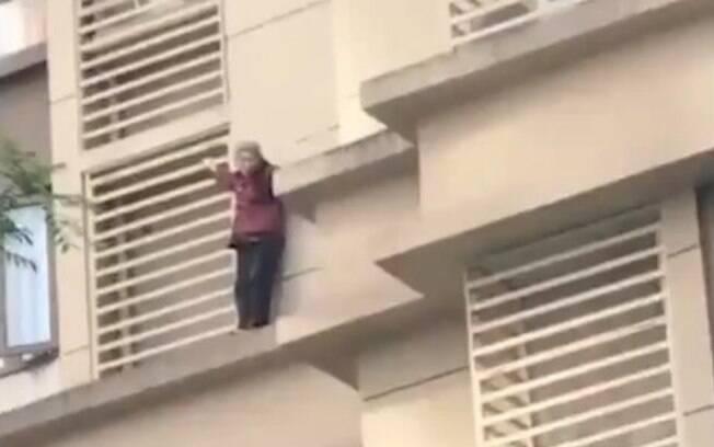 Idosa desceu nove andares pela fachada do prédio em que vive, na China; confira o vídeo divulgado no Twitter