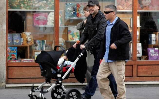 Javier Bardem passeou com o pequeno Leo enquanto sua mulher participava das filmagens de seu novo longa