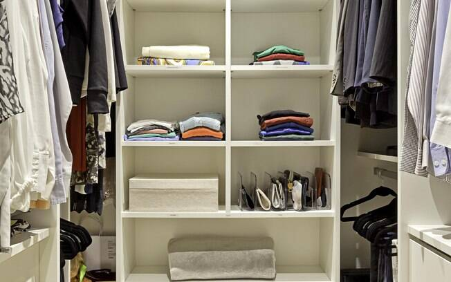 O closet precisa estar organizado para garantir que o morador consiga ver as peças que possui com facilidade