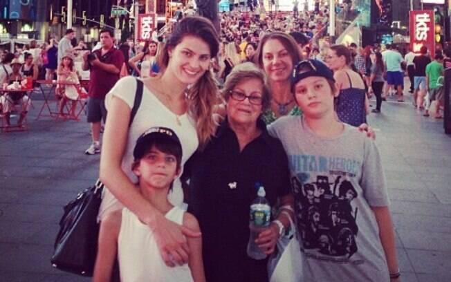 Isabeli Fontana curte férias com os filhos, a mãe e a tia em Nova York