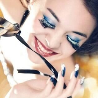 Modelo usa cílios postiços com glitter da marca internacional Shu Uemura