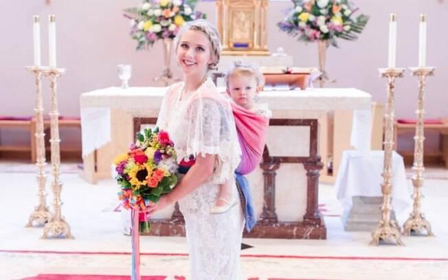 Mãe optou pelo sling para carregar a filha pela possibilidade de poder ficar com a pequena durante toda a cerimônia