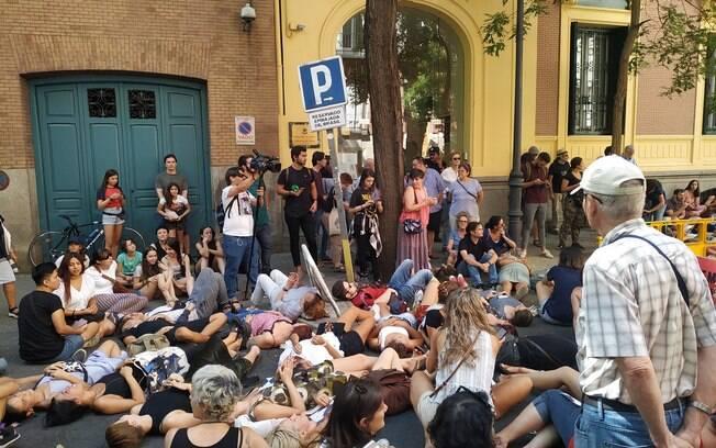 Manifestantes acampam em frente da embaixada brasileira em Madri em prol da defesa da Amazônia