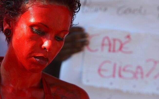 Gilmara Oliveira, de 35 anos, protesta em frente ao Fórum de Contagem (MG), na manhã desta segunda-feira (4)