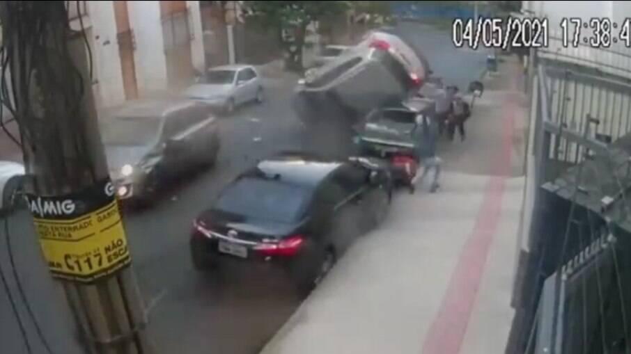 Câmeras de segurança captaram o momento do acidente
