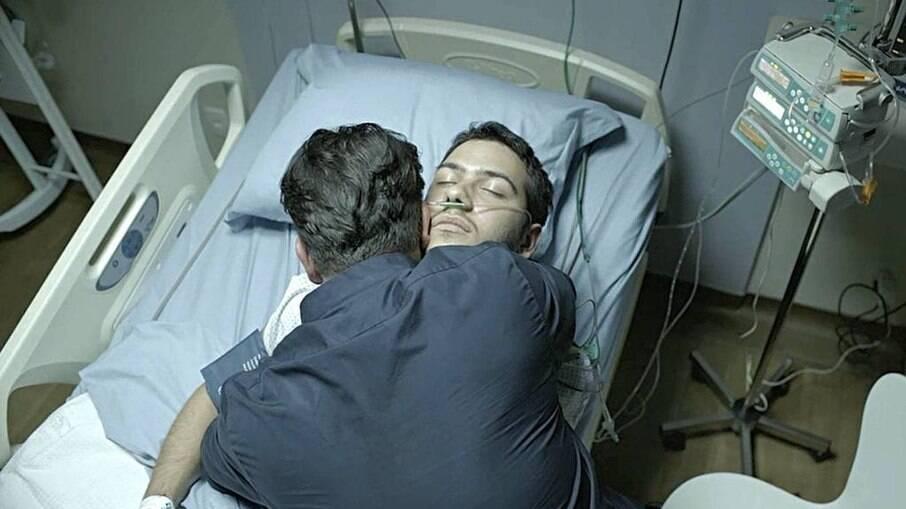 Vinícius (Antônio Benício) morre nos braços do pai, Raul (Murilo Benício), em