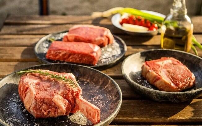 Além de aromatizar a carne, as ervas também servem para realçar ainda mais o sabor da proteína.
