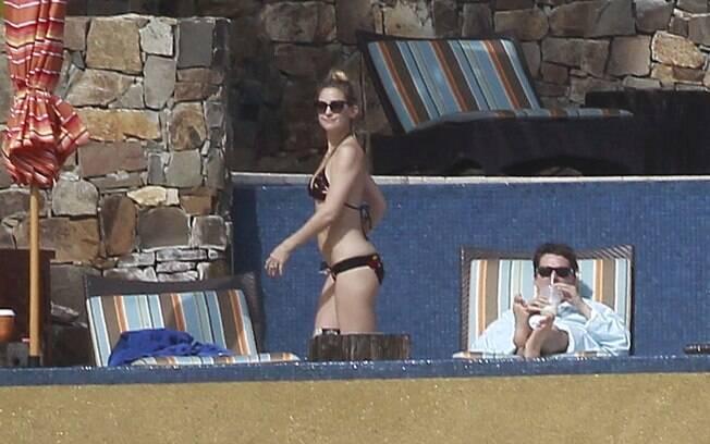 Kate Hudson ao lado do marido Matt Belamy em Cabo San Lucas