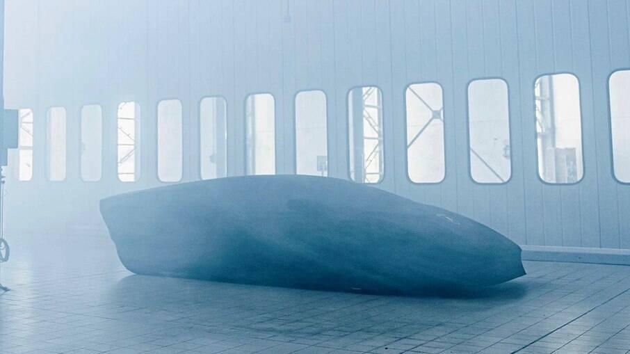 Novo Lamborghini Countach aparece coberto por uma capa antes da apresentação oficial