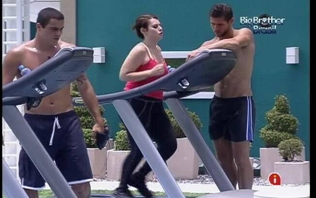 Após desabafo, Mayara recebe ajuda de Jonas para fazer exercício na esteira