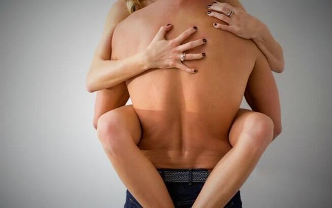 A posição sexual de hoje é para aproveitar melhor aquela rapidinha e deixá-la ainda mais prazerosa