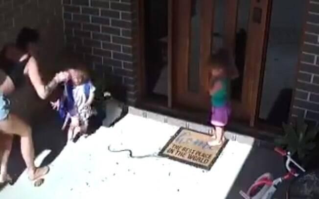 Meninas foram salvas pela mãe