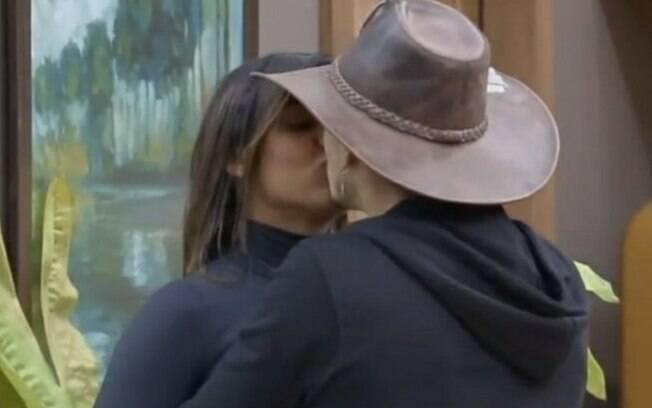 Biel agarra Tays na cozinha e beija a peoa