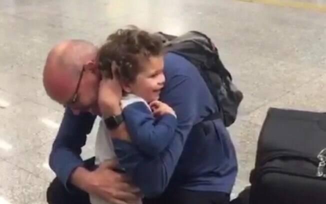 Alex Escobar, jornalista da Globo, mostra reencontro com filho depois de 40 dias na Rússia