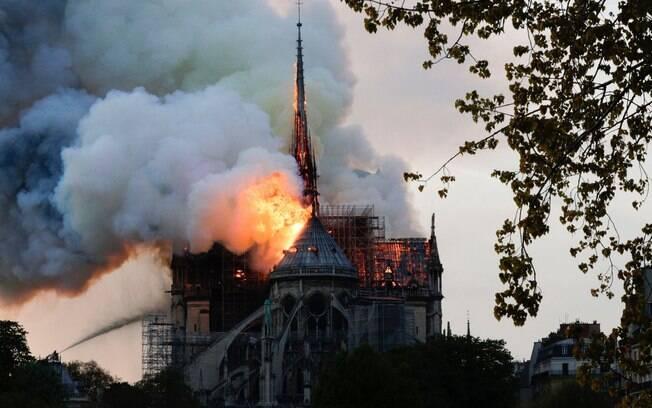 Incêndio atingiu a histórica catedral de Notre-Dame, em Paris e destruiu a 'flecha', a torre mais alta do monumento