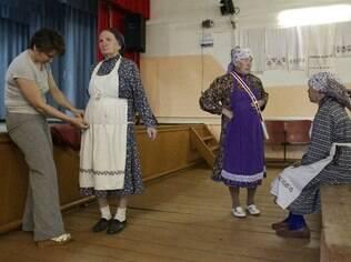 As Buranovskiye Babushki testam seu  novo figurino de palco em Buranovo, na Rússia, depois de virar hit no Eurovision