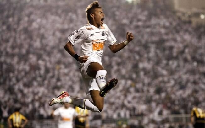 23 de junho de 2011 - Neymar fez um dos dois  gols do Santos na vitória por 2 a 1 sobre o  Peñarol no Pacaembu que deu ao clube o 3º título  da Libertadores