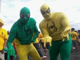 Vestidos de Homem Aranha, cariocas querem que Huck não se sinta o único super-herói do Brasil