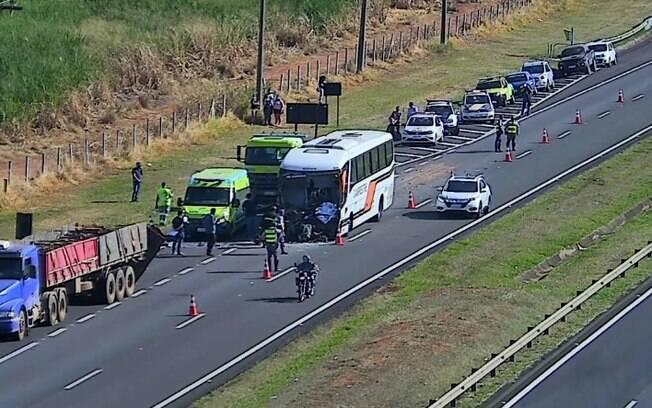 Motorista de ônibus morre após bater em traseira de caminhão na Zeferino Vaz