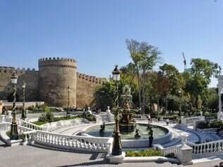 As fontes são um atrativo em Baku, que chamam a atenção pelos diferentes formatos