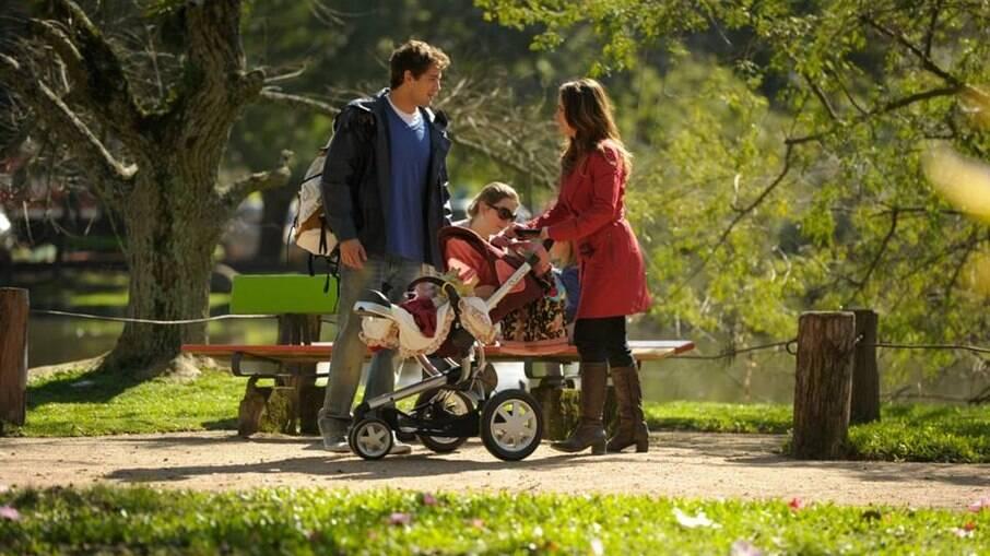 Ana encontra Rodrigo em um parque e apresenta a filha dos dois como sua irmã