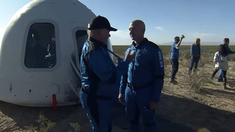 William Shatner e Jeff Bezos após voo