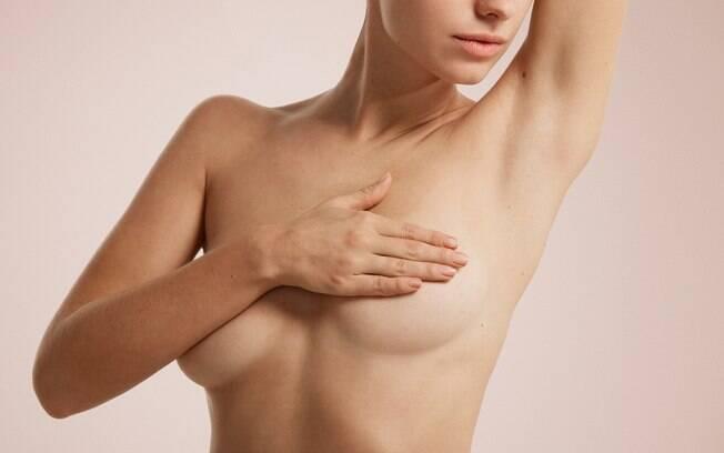 O autoexame das mamas deve ser realizado pela mulher em um momento que ela se sentir mais confortável para isso