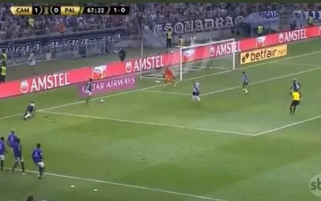 Deyverson invade o gramado antes do gol do Palmeiras contra o Atlético
