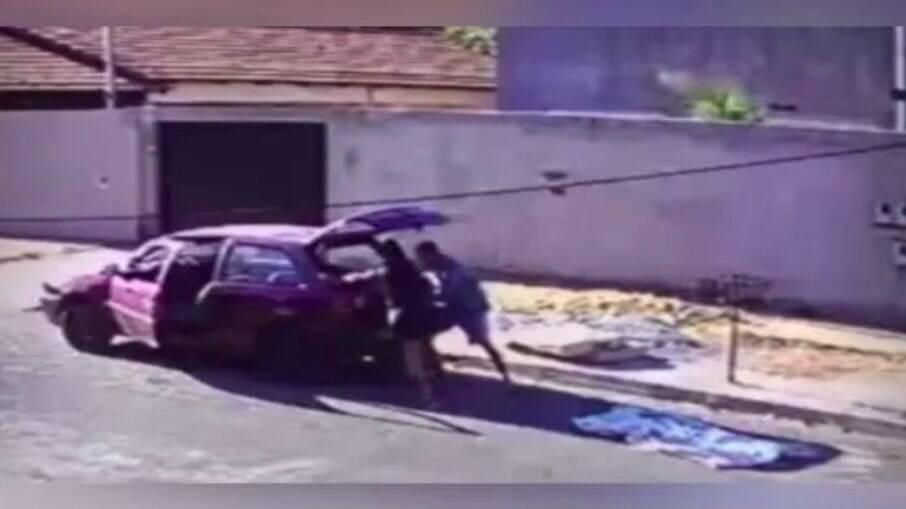 Casal foi flagrado pela câmera de segurança do local