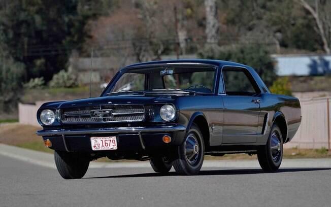 Ford Mustang primeiro, que surgiu pela primeira vez em 1964, espantando o público pela sua identidade forte