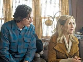 Elenco. John Hawkes é destaque da produção, enquanto Aniston sofre com uma personagem muito fraca