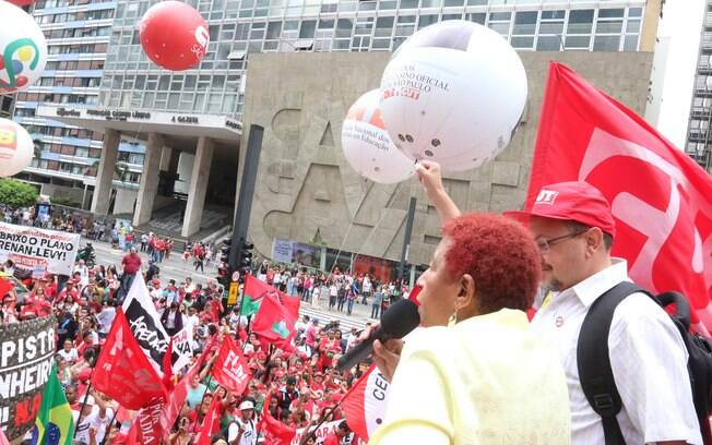 Cantora Leci Brandão participa de movimento pró-Dilma na avenida Paulista. Foto: Roberto Parizotti/ CUT - 3.10.15
