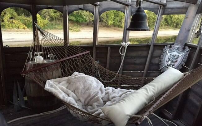 O navio pirata vem com dois quartos, dois banheiros e amenidades como Wi-Fi, DVD e até mesmo uma rede