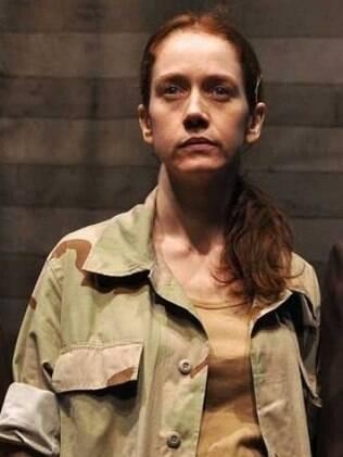 Camila Morgado na pele de Lynndie England na peça