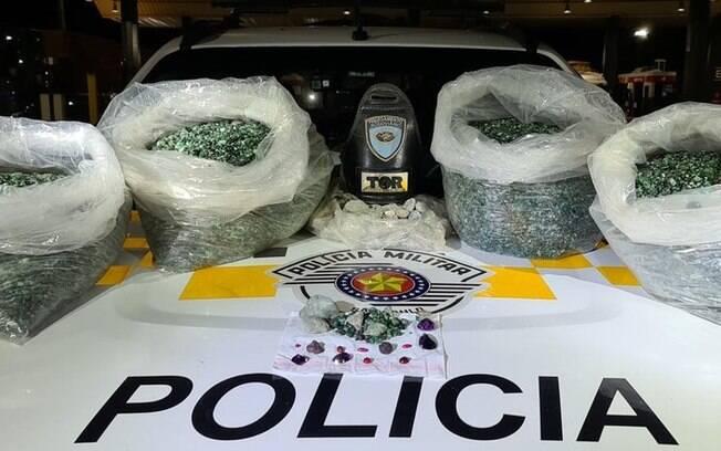 Dupla foi presa por garimpo legal após serem flagrados com mais de 100 quilos de pedras preciosas