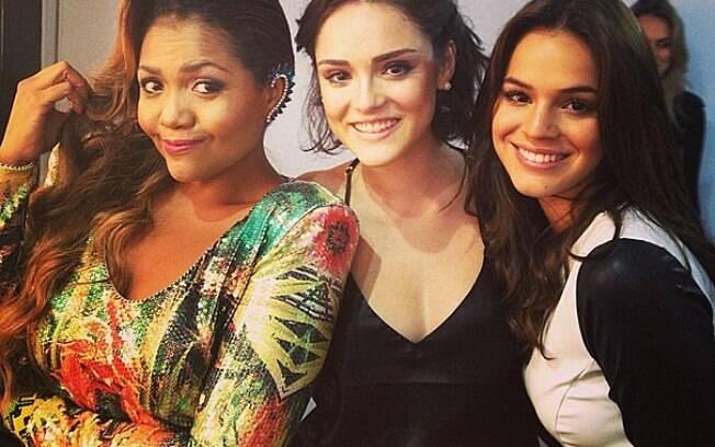 Gaby Amarantos posa ao lado das atrizes Isabelle Drumond e Bruna Marquezine