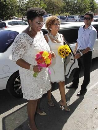 Ellen e Poliana chegam para o casamento