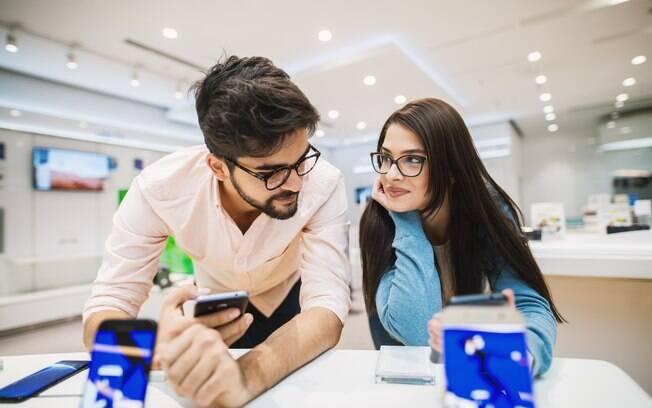 A procura por um celular de até R$ 1.000 que atenda suas necessidades nem sempre é fácil, mas é necessária para que o barato não saia caro