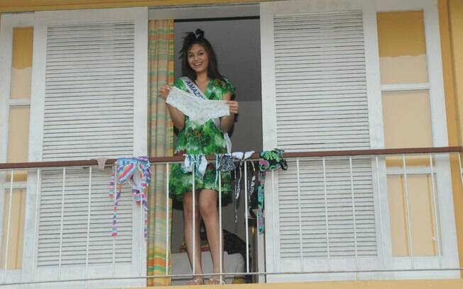 Miss Amazonas descontraída na sacada de seu quarto