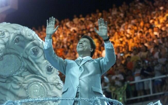 Sílvio Santos desfilando no Carnaval de 2001