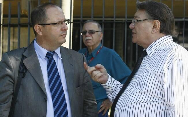 Ércio Quaresma (E), advogado de Bola, e José Arteiro, advogado da família de Eliza Samudio, conversam na entrada do Fórum de Contagem (MG)