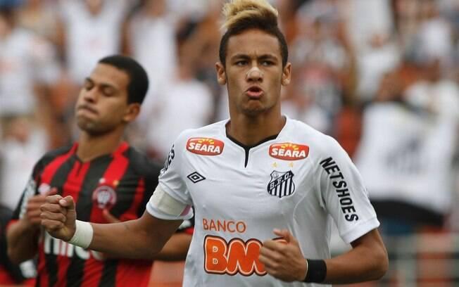 29 de outubro de 2011 - Em jogo pelo  Brasileirão, o Santos recebeu o Atlético-PR e  ganhou por 4 a 1. Todos os gols santistas foram  marcados por Neymar
