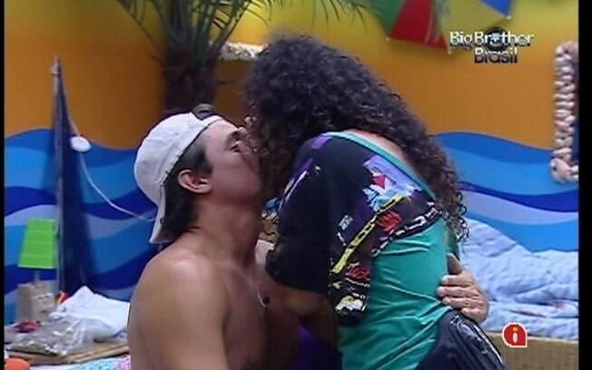 Noemí afirma que Fael tem medo de altura e beija o brother para consolá-lo