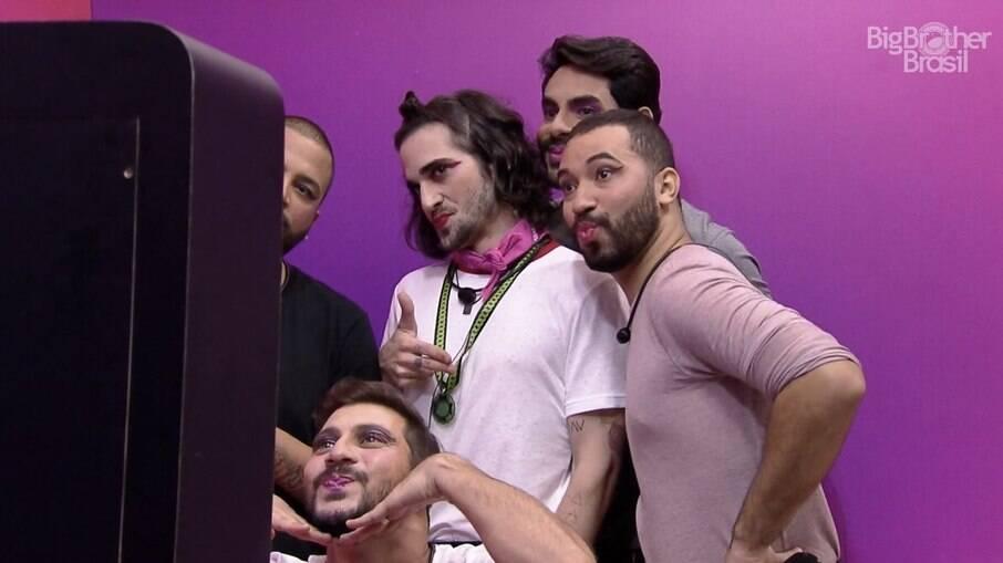 Homens se maquiam no 'BBB 21'