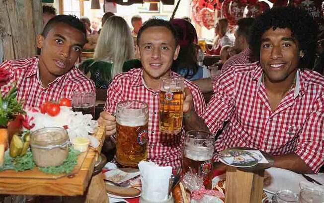Os brasileiros Luiz Gustavo, Rafinha e Dante  aproveitam a Oktoberfest, em Munique