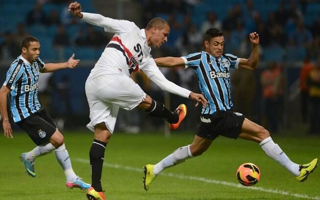 Luis Fabiano arrisca finalização ao gol do  Grêmio
