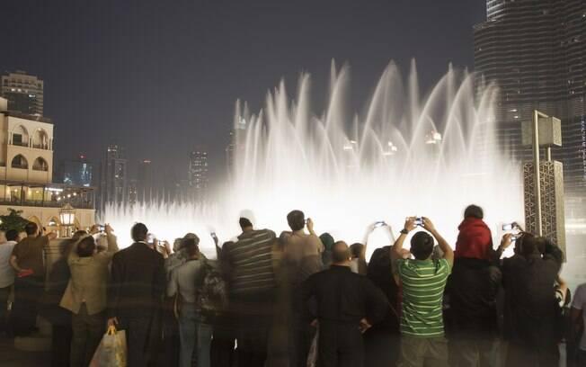Turistas assistem ao espetáculo das águas