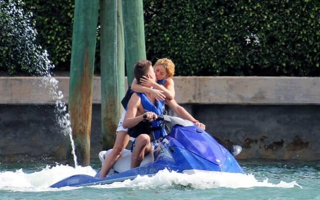 Shakira e Piqué se beijam durante o passeio