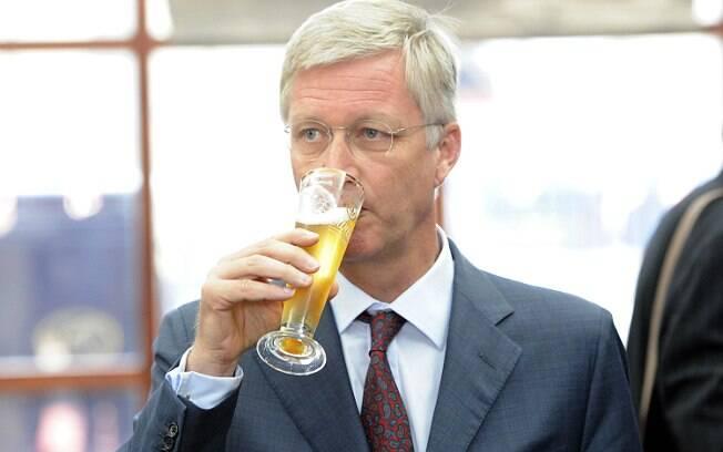 Rei Philippe bebe copo de cerveja durante visita de 2012 à Austrália, quando ainda era príncipe da Bélgica