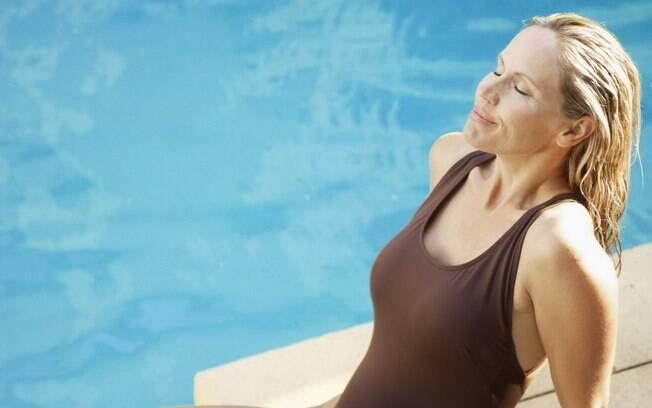 A combinação de piscina e cabelos loiros pode resultar em um tom esverdeado no fim do dia. Mas é fácil evitar!